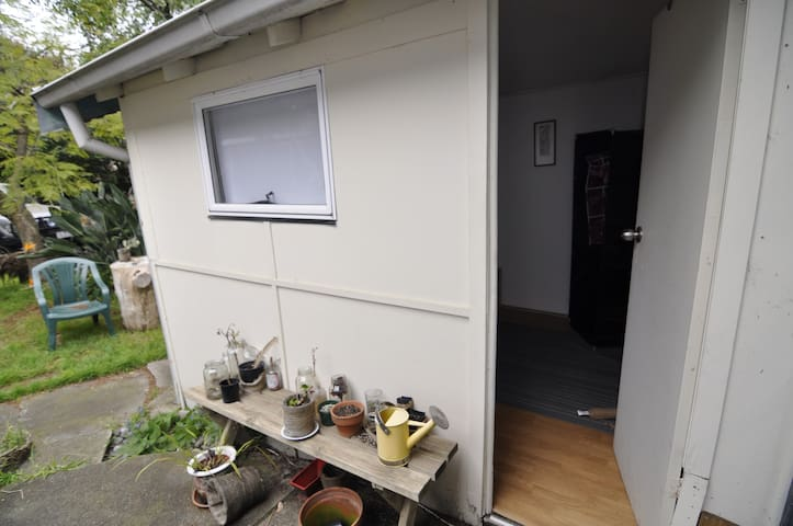Outhouse with Spacious Leafy Garden - Hawthorn - Flat