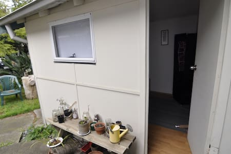 Outhouse with Spacious Leafy Garden - Apartment