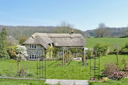 Idyllic Family Retreat. Thatched Cottage. Sleeps 5 - Warminster