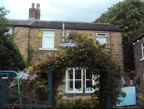 Beautiful Character Cottage in Heart of Newmillerdam, that's the place to be.