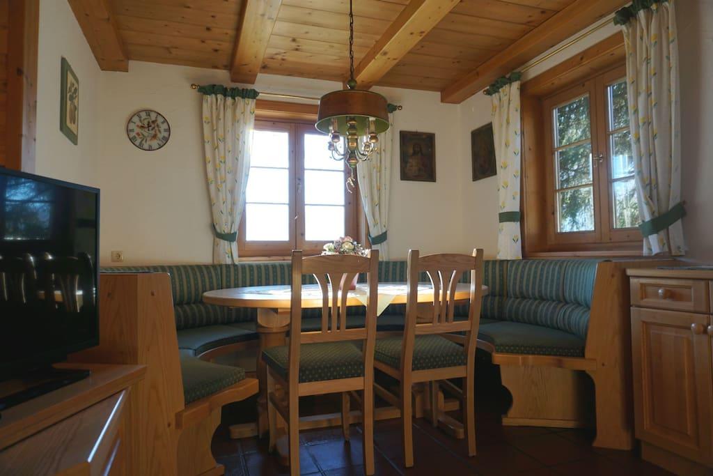Großes Wohnzimmer mit Essecke (siehe Bild) und Couch.
