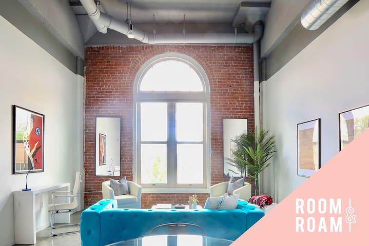 Room & Roam   Martini Corner   Chic 2 BR + Gym