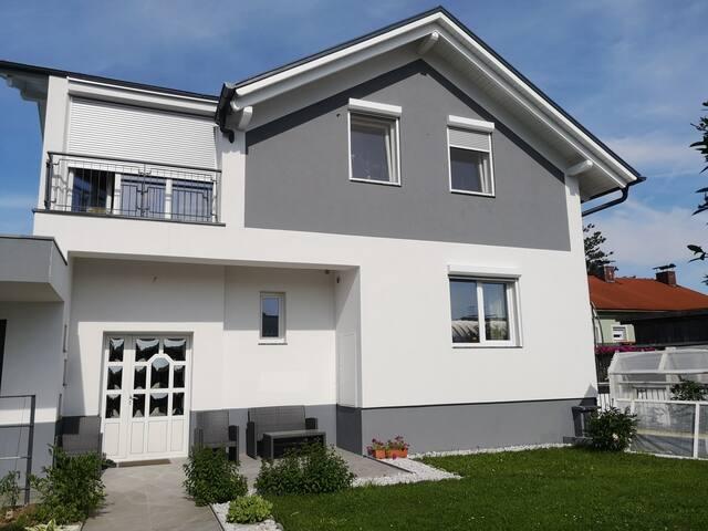 Modernes Haus mit Garten, Terasse und Küche