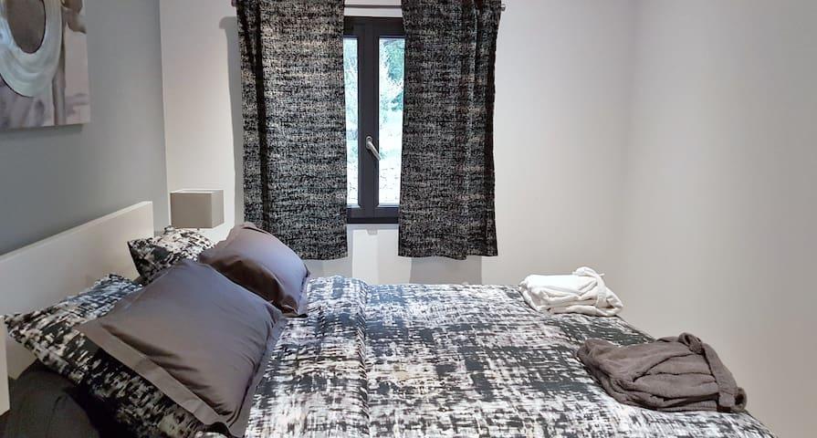 Très jolie chambre à coucher (lit queen size 160) avec sa salle d'eau attenante.