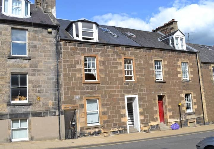 2 storey, 4 bed flat, walking distance to Castle.