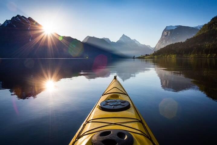Ein blikkstille morgon, rett utanfor båten. Kajakkleige finn du  i nærheita.
