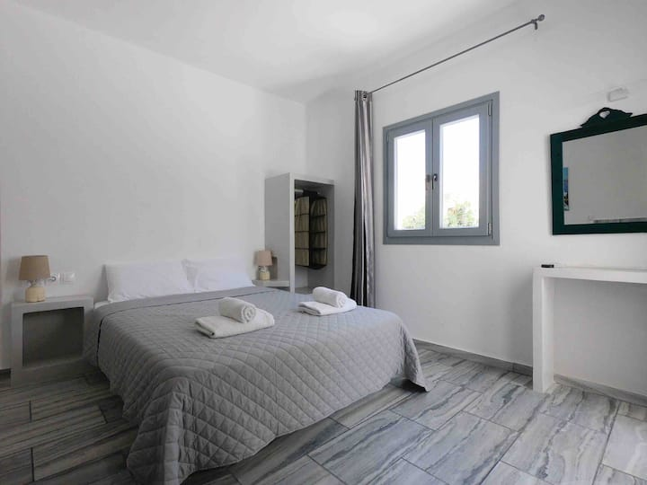 1-2 persons Studio 30 meters from Perissa Beach