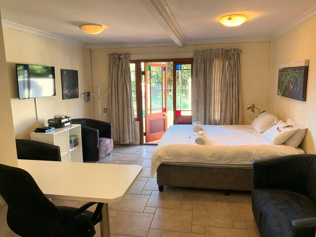 Spacious 1 BR w/ King Bed + near Table Mountain