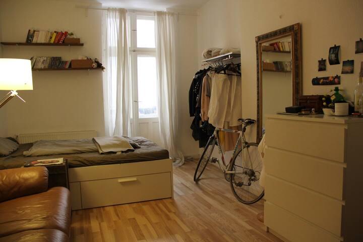Gemütliches Zimmer in Neukölln mit Balkon - Berlin - Apartment