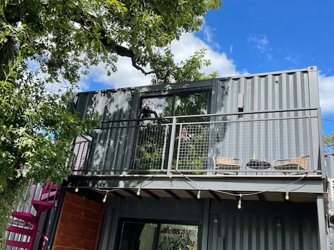 Rozbird Studio Shipping Container - free parking