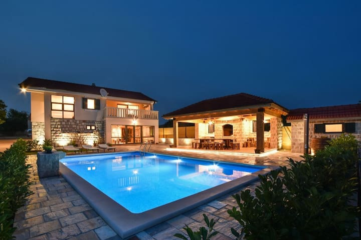 Unique style villa with great pool, gym, Bbq