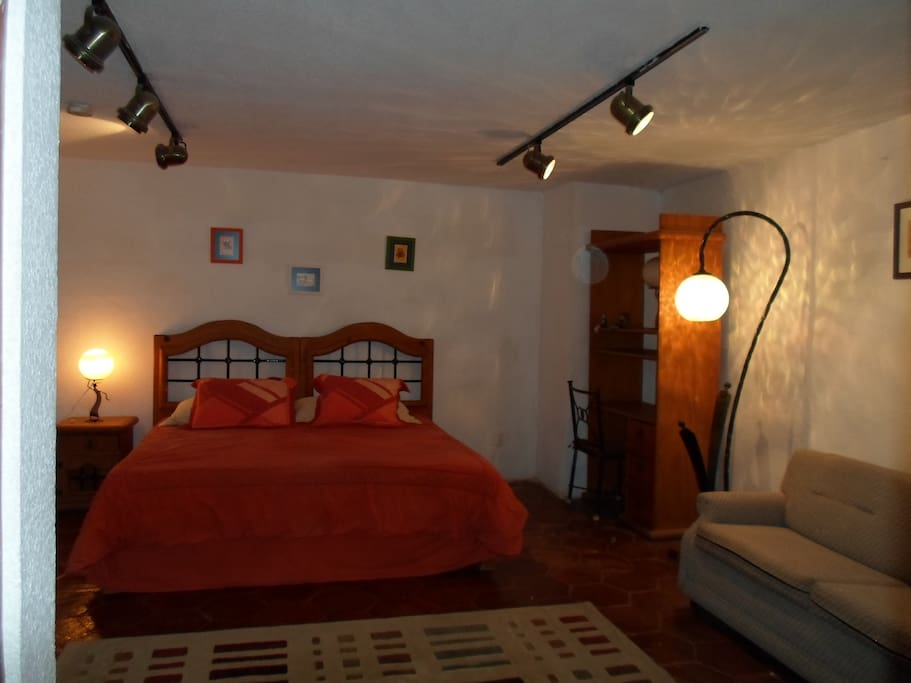 Suite para 4 personas con cama king size y sofá cama matrimonial. Con baño completo.