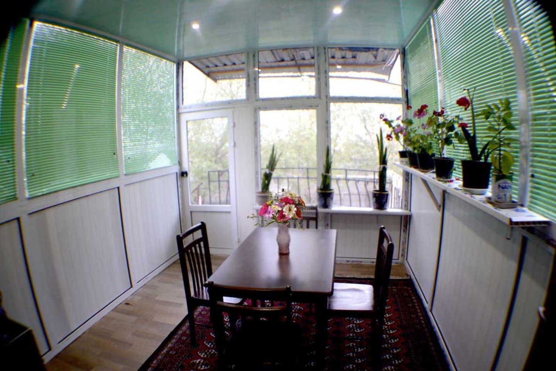 Кухня с выходом на балкон