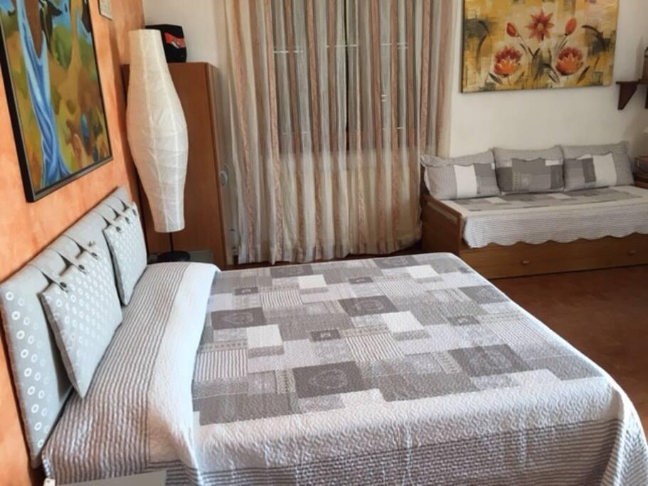 camera matrimoniale con 1 letto singolo