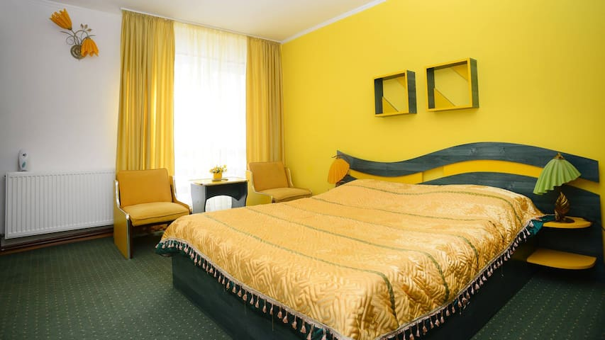 Lovely Mountain Yellow Room - Bușteni - Villa