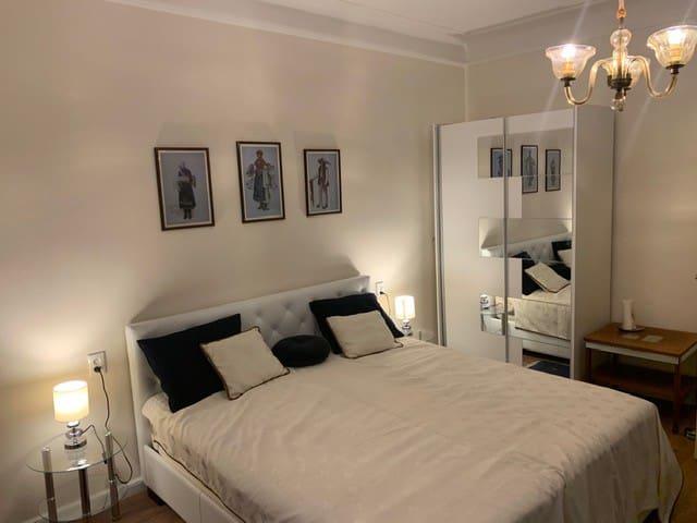 Spálňa s extra veľkou, prémiovou posteľou a skriňou pre vaše oblečenie.