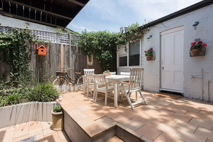 Contained studio with own access, 15 mins from CBD