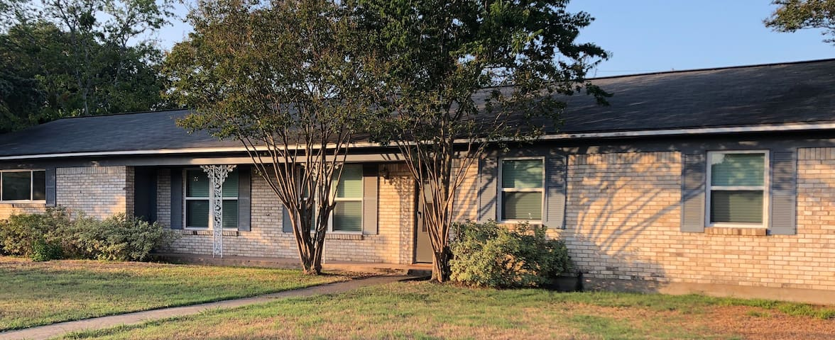 1.7 miles from Kyle Field/Texas A&M 3 bedroom home