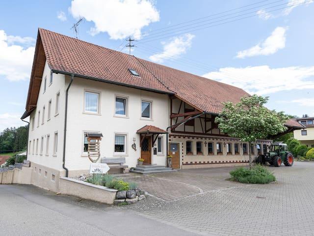 Ferienhof Biegger, (Tettnang), Dreibettzimmer mit Dusche und WC