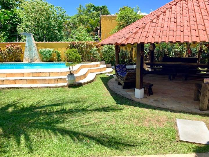 Bangalô romântico, piscina, quiosque e praia.