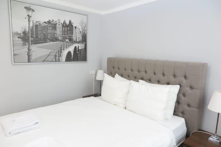 Lockable double bedroom, shared bathroom & kitchen