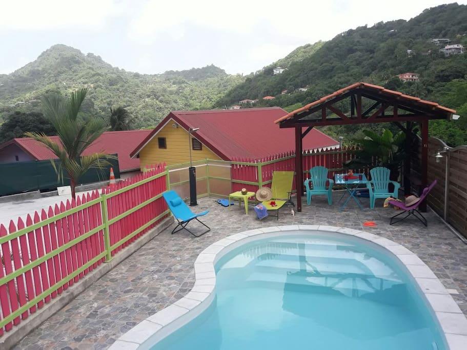 La piscine avec une vue arborée et montagne du Vauclin