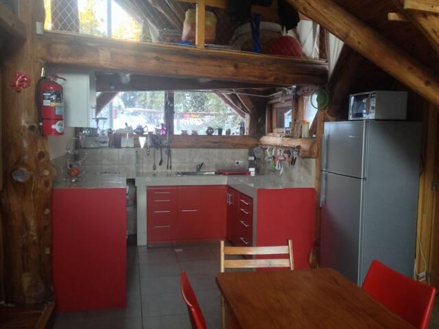 Cocina y comedor integrados. Arriba se puede observar parte de la habitación superior
