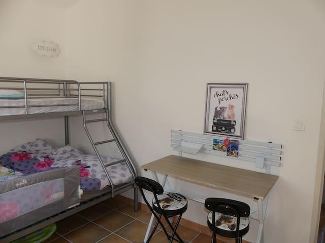 Chambre avec lit 2 personnes (140 x 190) en bas et 1 personne (90 x 190) en haut Barrière de lit Dressing Bureau