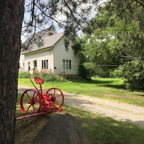 Cozy Farmhouse, Wildlife Trail, NO Cleaning Fee