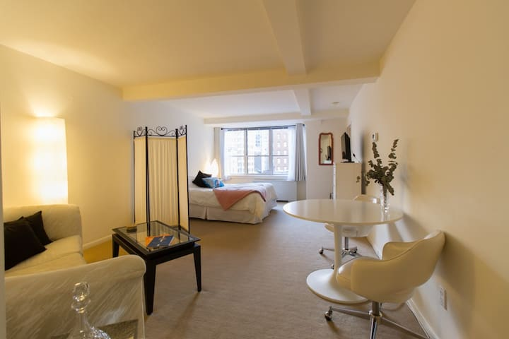 Relaxing Rittenhouse Square Studio