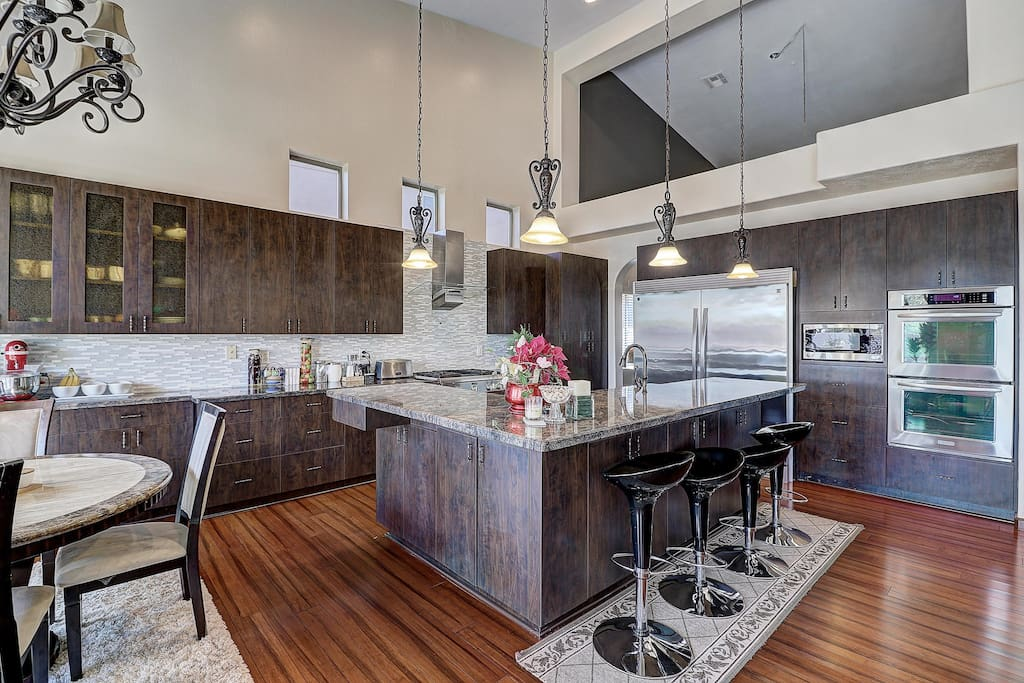 Gourmet Kitchn with Bar Seating for 4!
