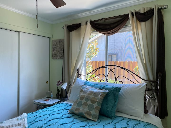 Very light room , recently renovated, queen bed