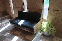 エントランスには2人掛ソファー Two-person sofa in entrance