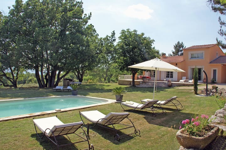 Detached villa with enclosed beautiful garden and private pool, 1km from Céreste