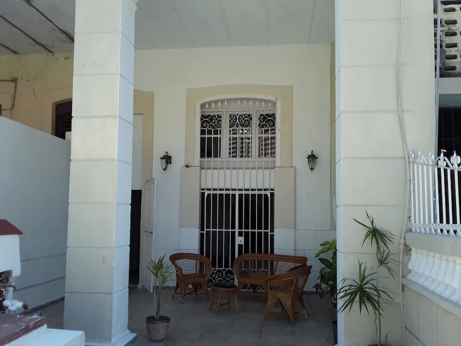HOUSE FRONT/FRENTE DEL  HOSTAL