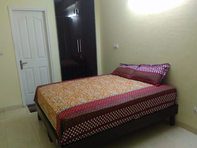 Spacious Private Room Near Sohna Road - Gurugram - Apartemen