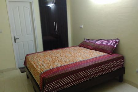 Spacious Private Room Near Sohna Road - Gurugram - Wohnung