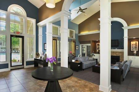Luxury Apt, close to UNC, Duke. LGBTQ friendly - Carrboro - Apartment