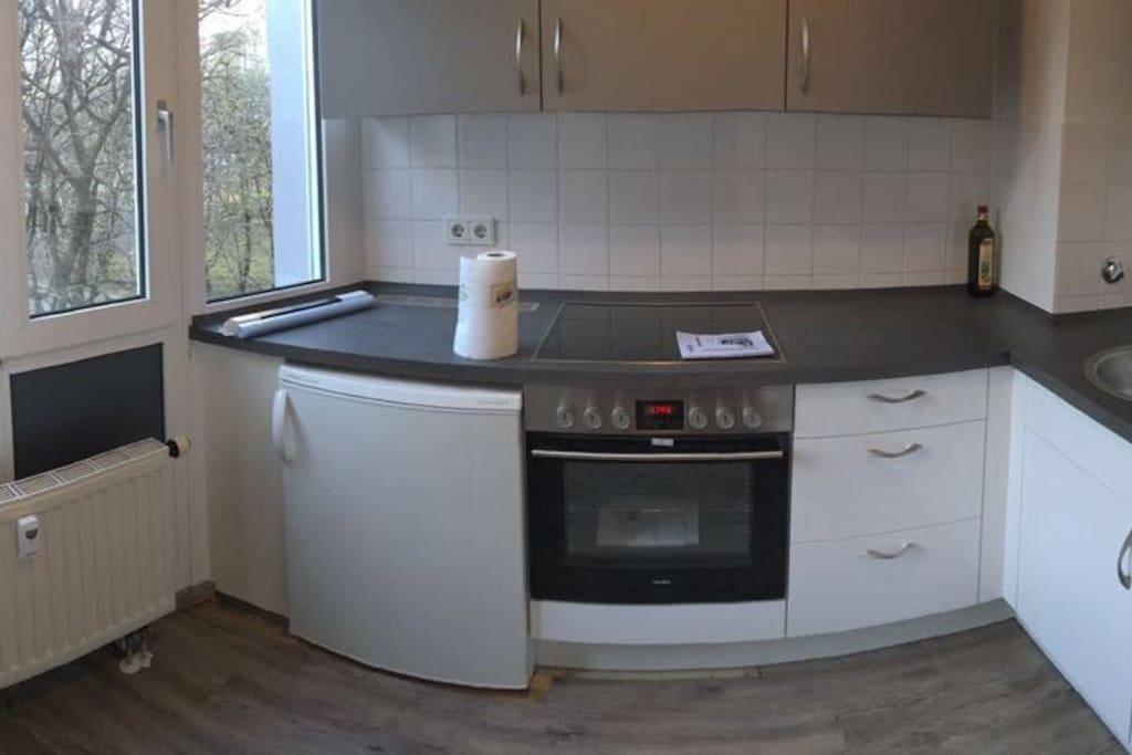 Die Küche die mit benutzt werden kann  Die Aufnahme ist vom Einzug von vor 1em Jahr mittlerweile sind alle Küchenutensilien vorhanden und können genutzt werden :)  Spülmaschine vorhanden