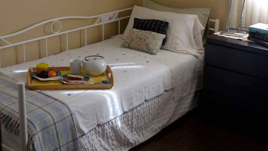 Habitación acogedora muy cerca del casco antiguo - Sevilla - Bed & Breakfast