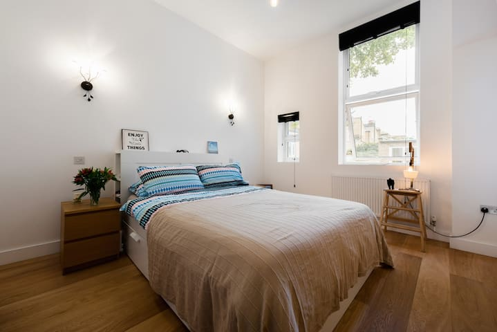 King Bed with Private Bathroom in Central London