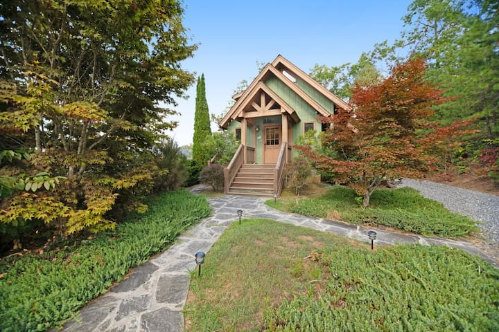 Custom home w/ Smoky Mountain views from the deck - fireplace & hot tub!