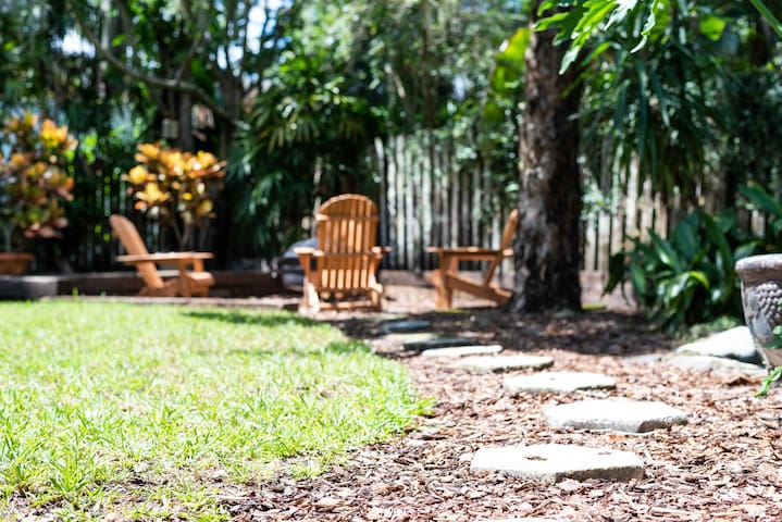 Fun backyard to have a glass of wine or enjoy some S'mores at the fire pit!