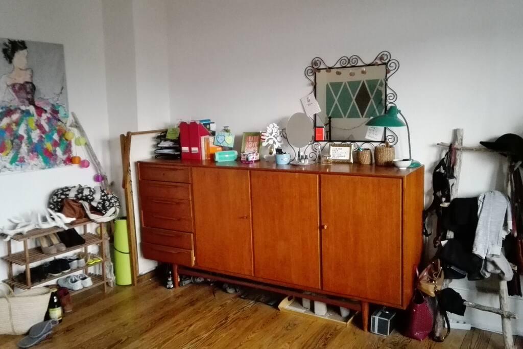 Alle persönlichen Gegenstände werden aus dem Zimmer entfernt - so bleibt genug Stauraum für deine Sachen