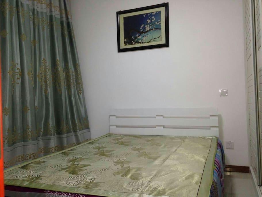简洁明快、小巧玲珑的卧室。