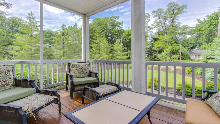 Luxurious Home, Pool Table, Walk to Beach, w/ Fire Pit - Chestnut Retreat