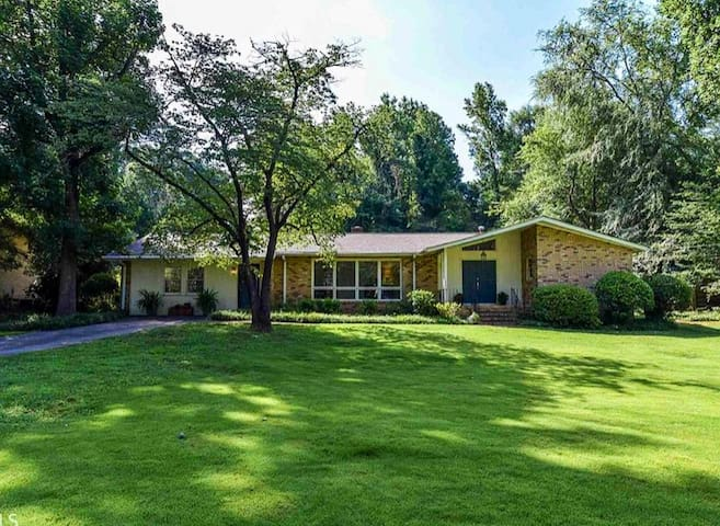 Mid-Century Modern Home- Perfect for UGA Gamedays!