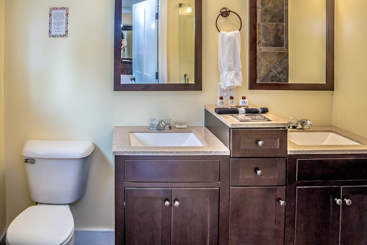 Cranmore Inn B&B Deluxe King Room w/slate shower
