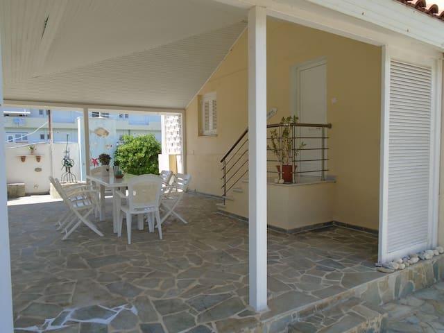 Schmuckes Apartment mit Garten 20m vom Strand - Perigiali - Maison