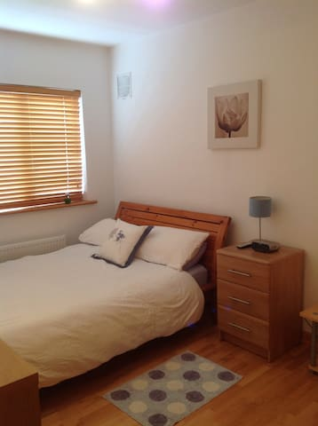 Spacious double room with bathroom! - Roscam - Hus